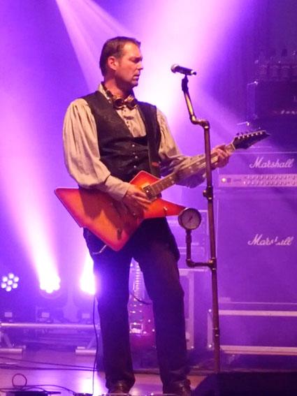 Gitarrist der Coverband Covernaut Clemens auf der Bühne