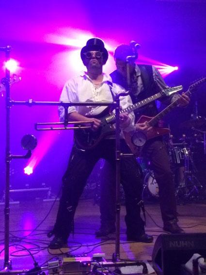Joerg Gitarrist der Coverband Covernaut auf der Bühne in Troisdorf